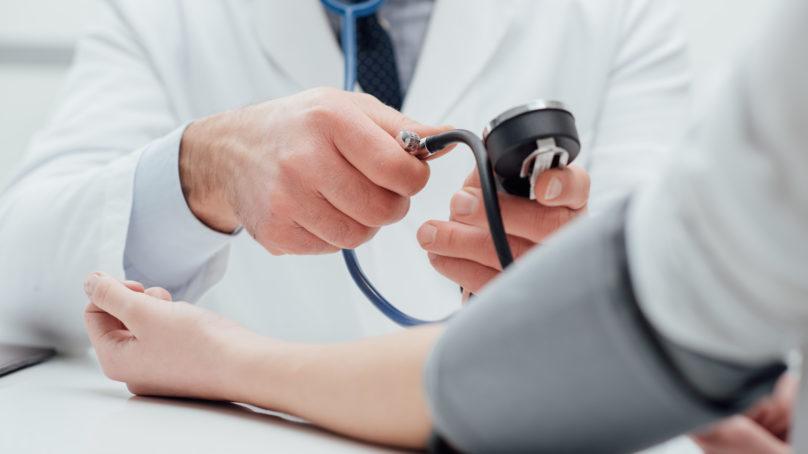 Nagły skok ciśnienia tętniczego – jak sobie radzić?