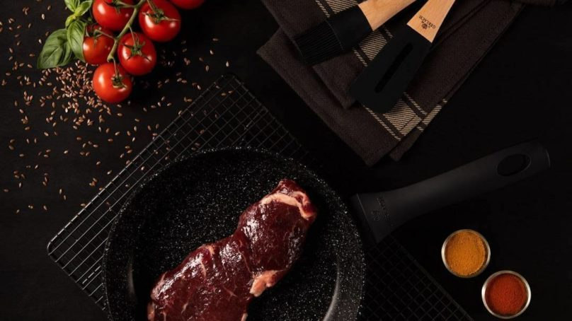 Nowoczesne garnki i patelnie w kuchni